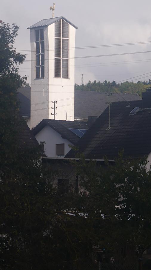 Der Kirchturm im Dorf, in dem ich aufgewachsen bin.
