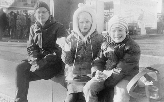 Meine Familie mit leckeren Fischbrötchen auf einem Hafenfest in Eckernförde.