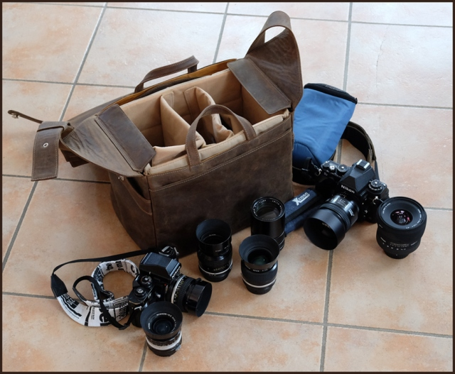 Und das passt, wenn man möchte, alles hinein: Nikon Df, Nikon F3, Sigma EX 2.8-4.0/17-35, Nikkor-N.C 2.8/24, Nikkor AI 1.4/35, Nikkor AI 1.4/50, Nikkor AF 1.8/85D, Nikkor K 2.5/105, Leica Elmar-R 4/180 (F), kleine Tasche für Speicherkarten, größere Tasche für Akkus, Filme, Filter usw. - und wenn man geschickt packt, passt sogar noch ein Tamron SP 2.8/90 Macro dazu.